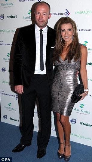 O futebolista contingentes: Ex-estrelas da Inglaterra Alan Shearer (esquerda) e Sol Campbell chegou com suas respectivas esposas Lainya e Fiona