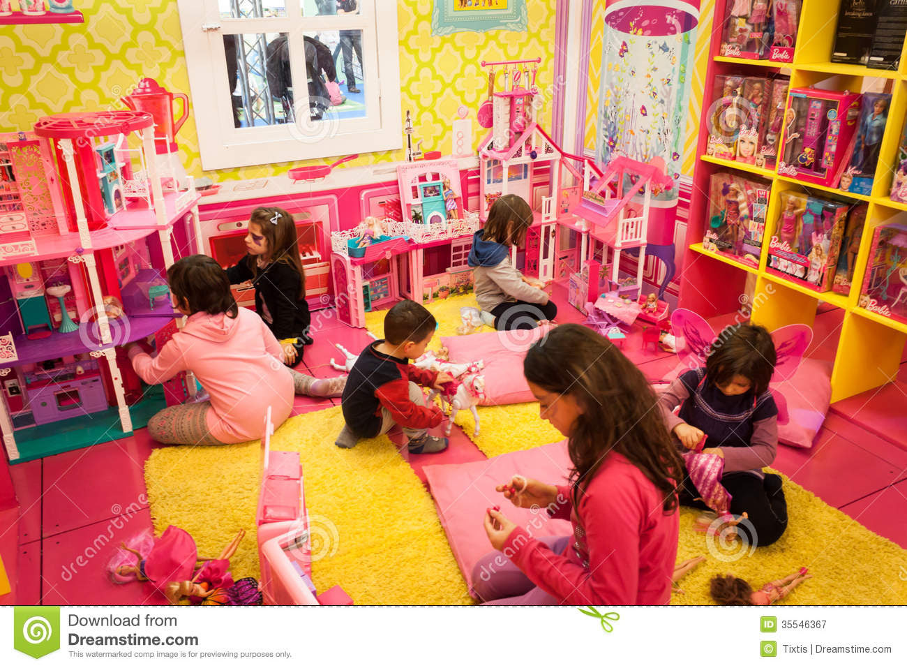 Girls Playing Inside Barbie's House At G! Come Giocare In Milan ...