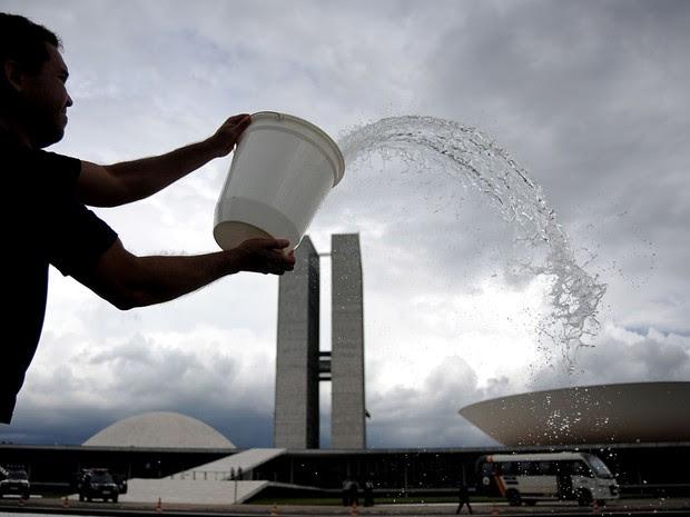 Manifestantes fizeram uma limpeza na mureta do espelho d'água do Congresso Nacional, em Brasília, na tarde desta quarta-feira (30). Eles protestaram contra a candidatura do senador Renan Calheiros (PMDB-AL) à presidência do Senado. (Foto: Pedro Ladeira/AFP)