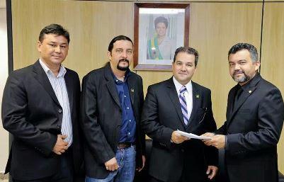 Secretário de Pesca da Raposa, Alison Penha, Superintendente Júnior Verde ao lado do ministro da Pesca, Cleber Verde deputado federal.