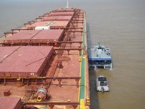 Navio está abastecido com carga de grãos (Foto: Divulgação/Capitania Fluvial de Santarém)
