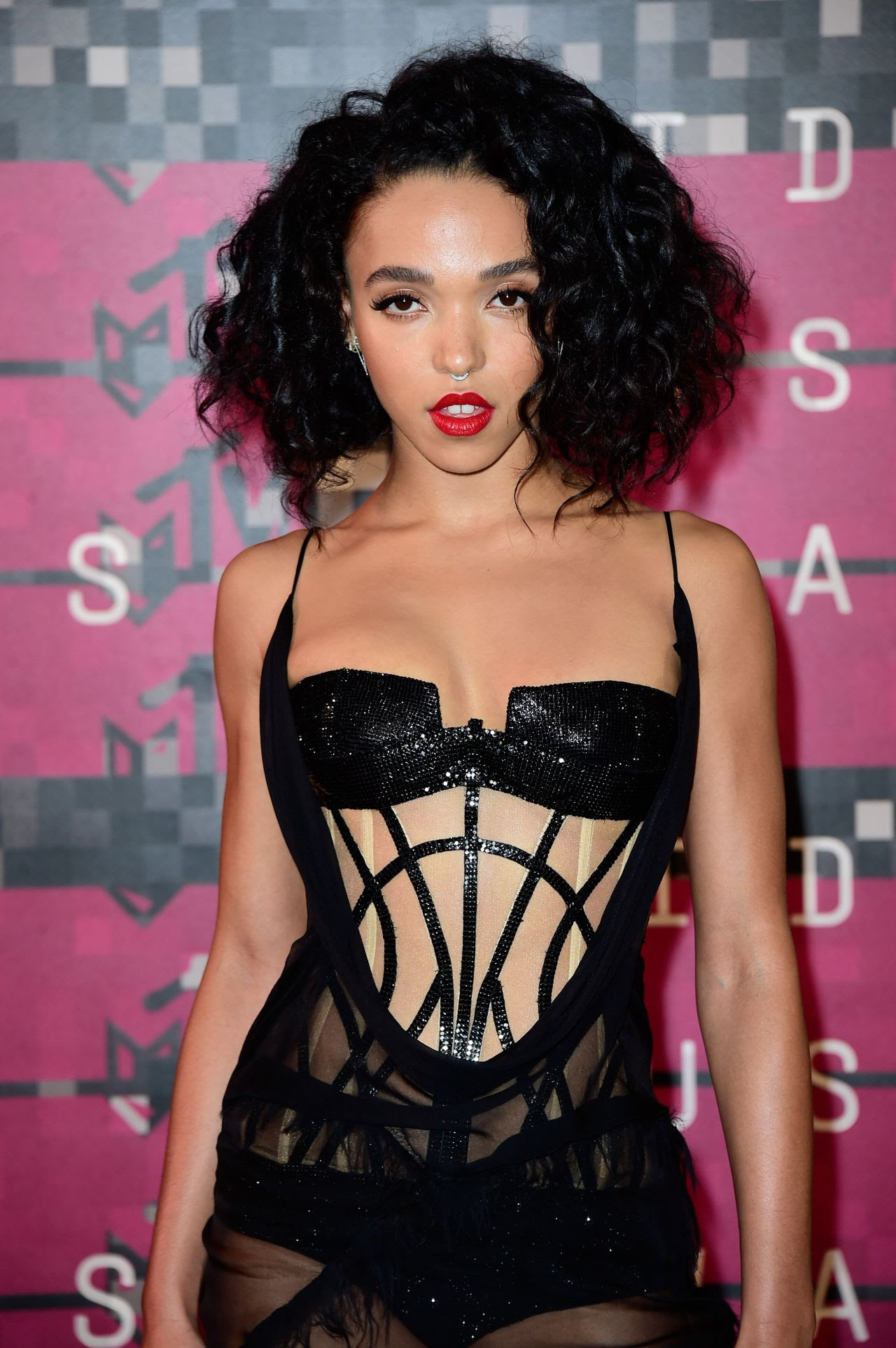 http://celebmafia.com/wp-content/uploads/2015/08/fka-twigs-2015-mtv-video-music-awards-at-microsoft-theater-in-los-angeles_11.jpg