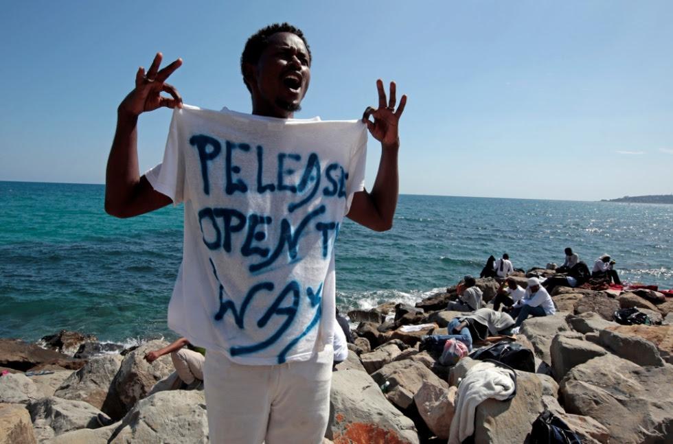 Foto: Eric Gaillard, Reuters/Contrasto - Um refugiado em protesto junto à fronteira de Itália, em Ventimiglia