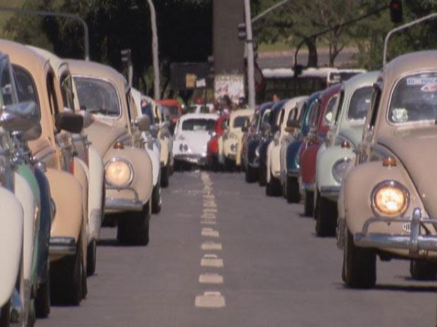 Carreata em Brasília comemorou neste domingo (22) o Dia Nacional do Fusca. A  data oficial foi  sábado (21). Carreata passou por pontos turísticos da cidade. (Foto: Reprodução/ TV Globo)