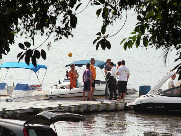 Peritos saem de clube náutico rumo ao local do acidente de jet ski (Foto: Paulo de Souza/ABCDigipress/AE)