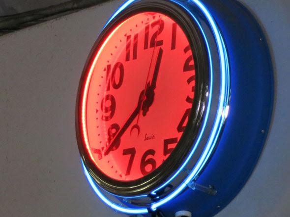 Thomas Rug neon clock