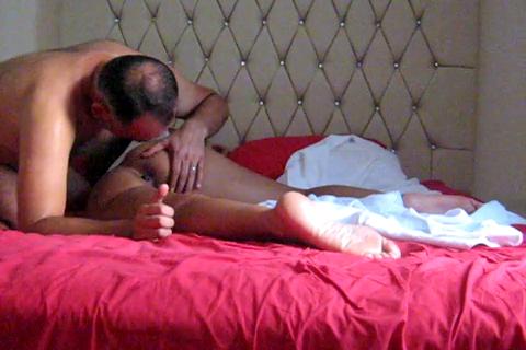 Anasını götten siktiğiminin diyerek anal sikiyor kadını