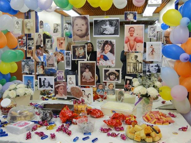 Festa com direito a doces e fotos do elenco quando eram pimpolhos (Foto: Lado a Lado / TV Globo)