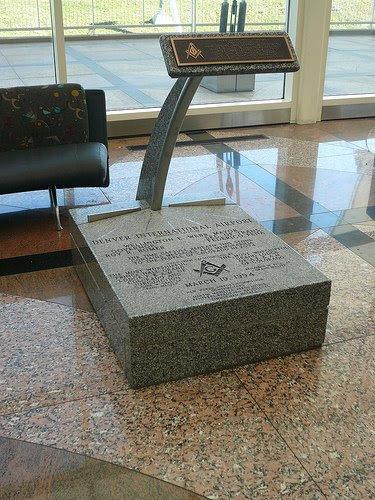 corner stone Mensagens e símbolos sinistros no Aeroporto