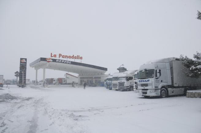 El área de servicio de la Panadella, completamente nevada
