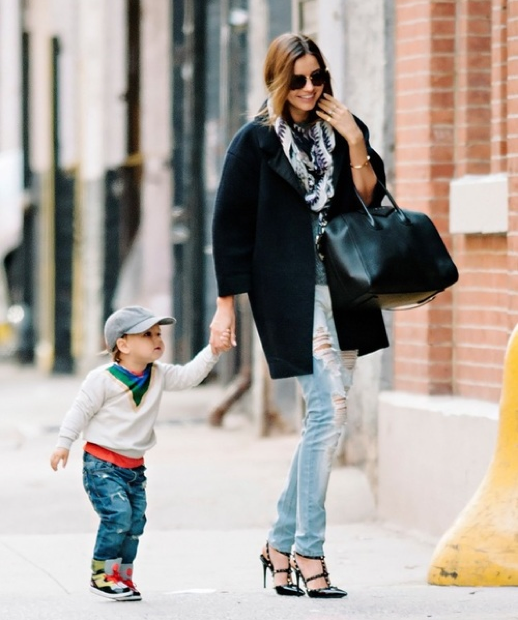 LE FASHION STYLE BLOG MIRANDA KERR HOT CHIC STYLISH MOM MOMMA FLYNN ORLANDO BLOOM SUNGLASSES OVERSIZED COAT SHORT SLEEVES RIPPED TORN SKINNY JEANS DENIM JUSTE UN CLOU CARTIER NAIL BRACELET GIVENCHY ANTIGONA BAG STUDDED BLACK VALENTINO ROCKSTUD HEELS 2