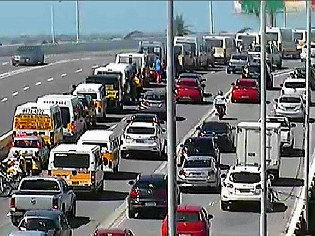 Protesto de motoristas do transporte escolar passou pelo viaduto Capitão Temudo, na Zona Sul (Foto: Reprodução / CTTU)