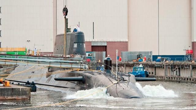 BAE Systems ha lanzado Artful, el último submarino estado-of-the-art en el muelle en su sitio en Barrow-in-Furness, Cumbria. El 97m de largo, 7.400 toneladas de ataque de propulsión nuclear submarino - el nombre oficial en una ceremonia en septiembre del año pasado - comenzó superando al de hall de construcción gigante de BAE Systems el viernes 16 de mayo y se bajó con cuidado en el agua el sábado 17 de mayo.