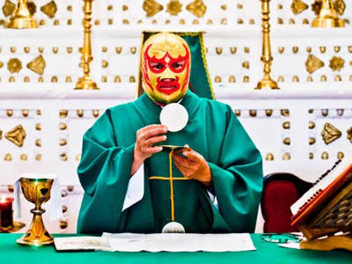 Fray Tormenta con máscara de luchador diciendo no la misa en latín, sino la nuva misa