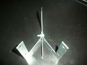 base heha con tres escuadras de metal haciendo una forma piramidal