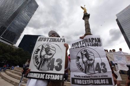 Marchan a 11 meses de la desaparición de los normalistas de Ayotzinapa. Foto: Germán Canseco