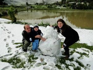 Moradores de Benedito Novo se divertem com a neve (Foto: Jéssica Persuhn/Arquivo Pessoal)