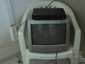 Aparelhos de TV e DVD que também ficavam na sala do detento (Foto: Reprodução/TV Mirante)