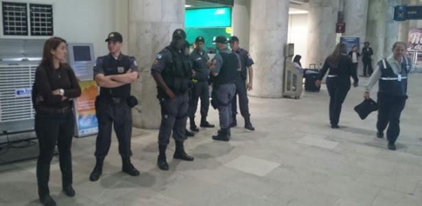 Policiais se posicionam para receber delegação do Vasco no aeroporto Santos Dumont