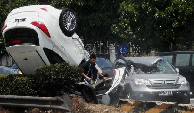 Duarr...! Hyundai Tabrak CRV dan Terbalik