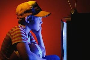 niño con tv La infancia en la radio y la televisión
