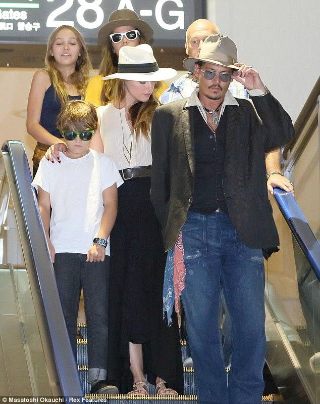 O trabalho duro: Johnny tem viajado o mundo durante semanas promovendo o filme, que não conseguiu definir o bilheterias dos EUA acesa