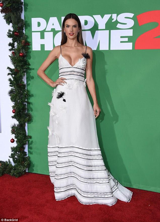 Lindo: o modelo de 36 anos parecia magnífico em um vestido branco de chão, com detalhes pretos, decorados com sementes de dente-de-leão preto e branco