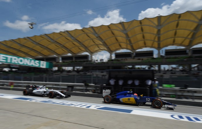Felipe Massa e Felipe Nasr deixando os boxes durante treino classificatório do GP da Malásia (Foto: AFP)