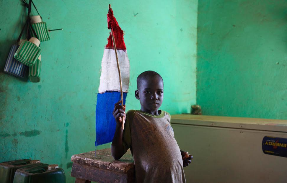 Un niño sostiene una bandera francesa casera en la ciudad de Douentza (Mali).