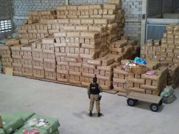 Operação apreendeu 2.320 mochilas falsificadas em galpão de Feira de Santana (Foto: Divulgação/Polícia Rodoviária Federal)