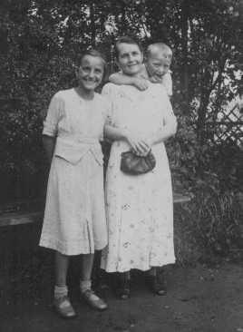 Helene Gotthold, un testigo de Jehová, fue decapitada por sus creencias religiosas el 8 de diciembre de 1944 en Berlín. Está fotografiada con sus hijos. Alemania, 25 de junio de 1936.