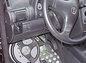 Adaptação feita no Brasil para que o carro possa ser guiado com os pés
