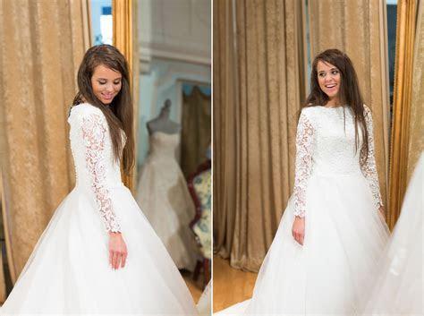 Beautiful Jinger Duggar tries on wedding dresses!