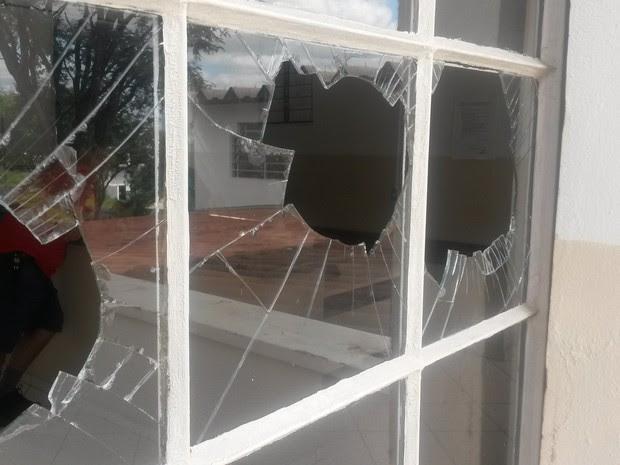 Vidros da base comunitária da GCM foram quebrados (Foto: Divulgação / Guarda Municipal)