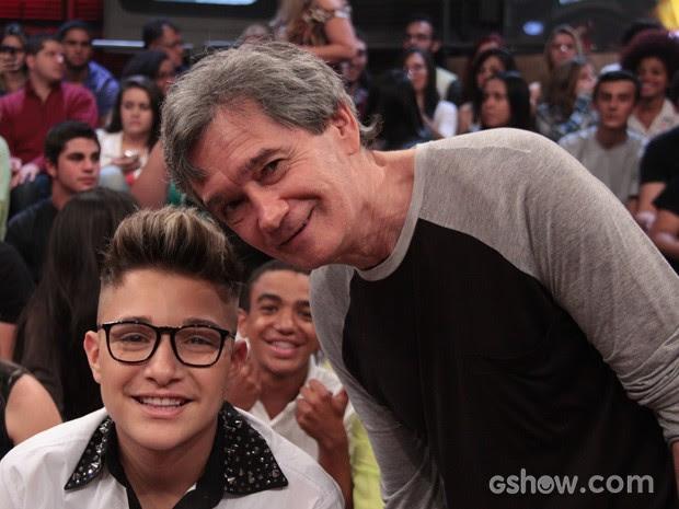MC Gui posa para fotos com o apresentador Serginho Groisman (Foto: TV Globo/Altas Horas)