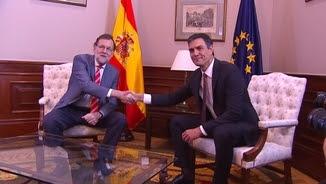 Mariano Rajoy i Pedro Sánchez, donant-se la mà davant la premsa aquest dimecres abans de la reunió