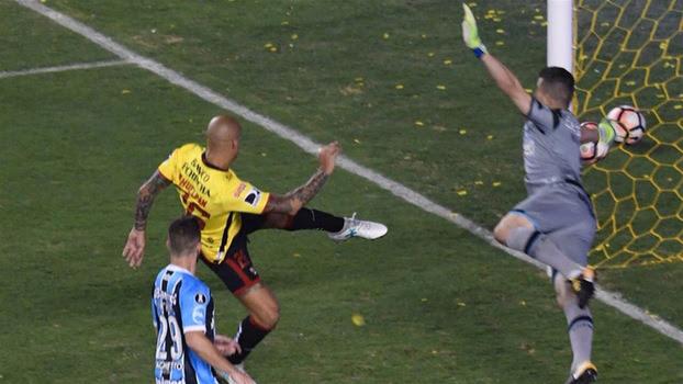 Marcelo Grohe em defesa na Libertadores que repercutiu pelo mundo