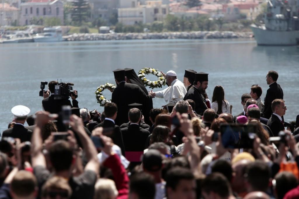 Pope Francis (C), the Ecumenical Patriarch Bartholomew I (R), spiritual leader of the world's Orthodox Christians and Archbishop of Athens and All Greece Ιeronymοs II (L), head of the Church of Greece, lay wreaths of flowers at the port of Mytilene, at the island of Lesvos, Greece on April 16, 2016. / Δέηση του Πάπα Φραγκίσκου, του Οικουμενικού Πατριάρχη Βαρθολομαίου και του Αρχιεπίσκοπου Αθηνών και πάσης Ελλάδος Ιερώνυμου για τους πρόσφυγες που έχασαν τη ζωή τους στο Αιγαίο, στο λιμάνι της Μυτιλήνης, Λέσβος, 16 Απριλίου 2016.