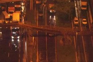 Passarela cai na marginal Tietê sobre veículos e trava trânsito em SP