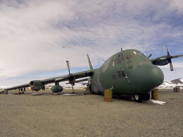 Avião Hércules C-130, da Força Aérea Brasileira, que está abandonado na Base Aérea Eduardo Frei, na Antártica, quatro meses após o acidente (Foto: Arquivo pessoal)