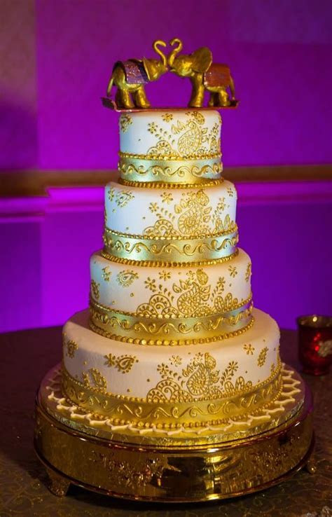 By: Cut The Cake   This a buttercream cake, the gold art