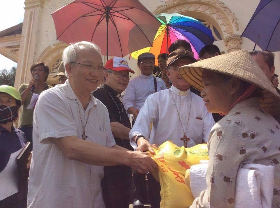 Hội Đồng Giám Mục Việt Nam thăm người dân vùng lũ lụt miền Trung