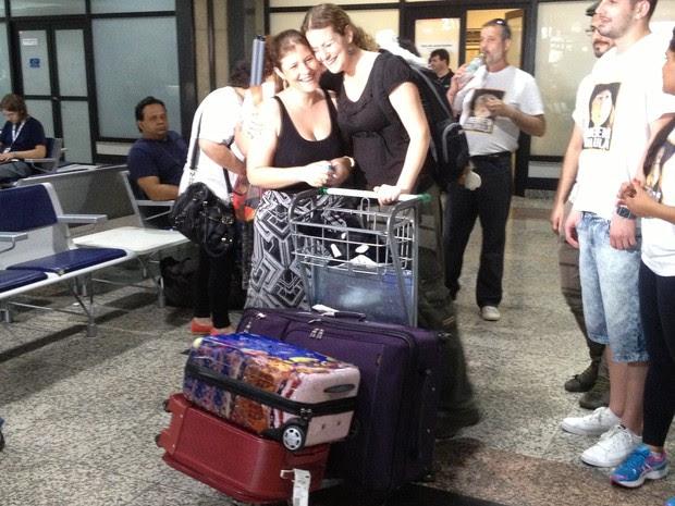 Ana Paula recebe o carinho da irmã Telma na chegada a Porto Alegre (Foto: Rafaella Fraga/G1)