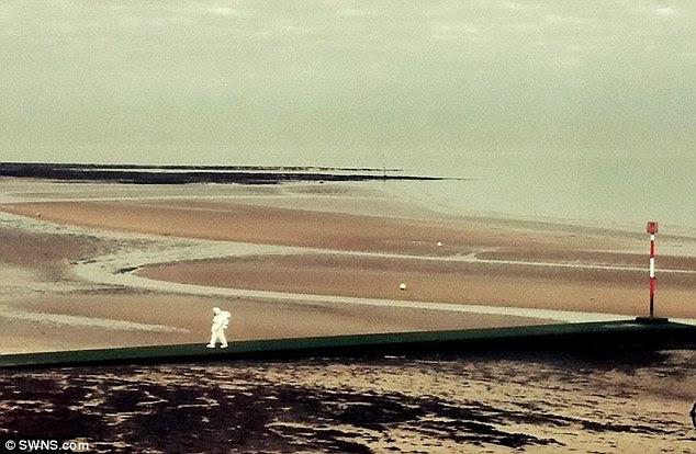 Un astronaute de mystère a été vu se promenant sur le sable sur la plage de Margate, Kent, le dimanche