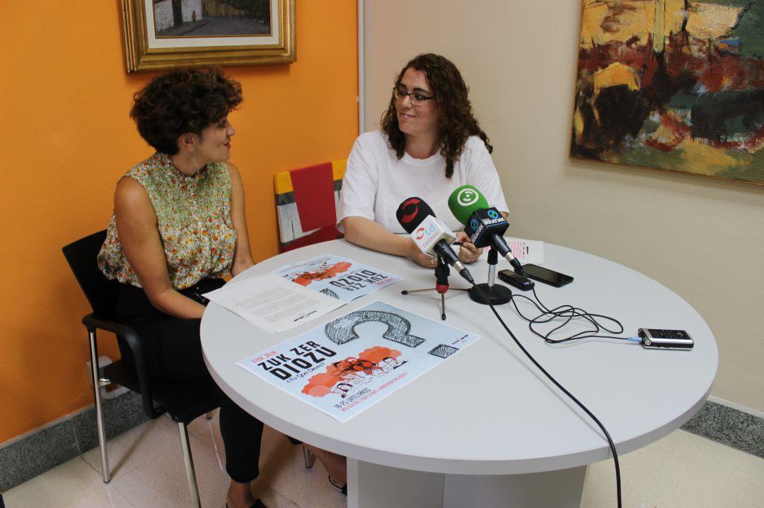 Eunate Encinas, técnico de juventud y Mónica Martínez, delegada.