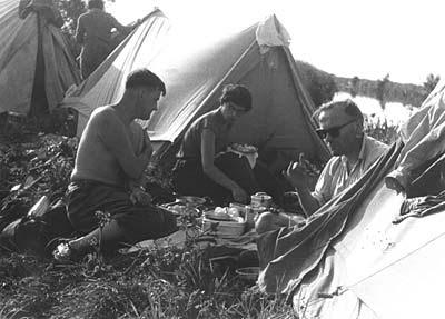 Jerzy i Danuta Ciesielscy z ks. Karolem Wojtyłą na biwaku w czasie wyprawy kajakowej, sierpień 1959 r. Fot. ze zbiorów Państwa Riegerów. Opublikowano w Niedzieli, w numerze  39 (590), z dnia 27 września 2004 r.