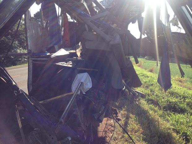 Ônibus ficou completamente destruído (Foto: Marco Matos/RPC)