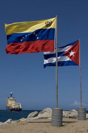 Las banderas de Cuba y Venezuela en el venezolano balneario de Camurí Chico en 2011.