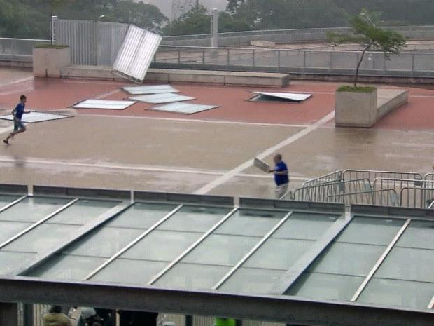 Forte chuva e ventania derrubou placas na esplanada do Mineirão, antes do jogo de Cruzeiro e América-MG (Foto: Reprodução/TV Globo)