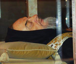 Quando o corpo do Padre Pio foi exumado foi encontrado incorrupto e colocado numa urna de cristal para exposição pública e veneração dos fiéis